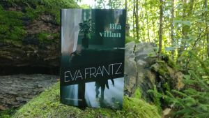 Eva Frantz roman Blå Villan i en blandskog ute i Åbo.
