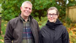 Alf Norkko och Joanna Norkko står ute med jackor på. I bakgrunden syns gula löv.