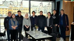 anitta bergbom står bland olika representanter från tianjin i nordöstra kina i restaurangen nooa i åbo