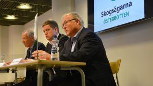 Anders Wiklöf, Jan Slotte och Göran Persson på Skogsvårdsföreningens pressinfo på Academill i Vasa.