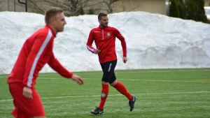 Sasa Jovovic tränar med FF Jaro, i förgrunden Johan Brunell.