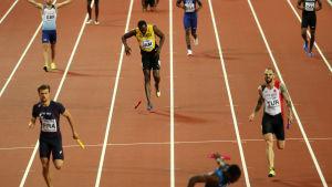Usain Bolt tvingas se medaljerna rymma.