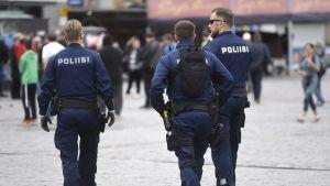 Poliser patrullerar i Åbo.