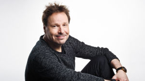 Toimittaja Kalle Haatanen istumassa.