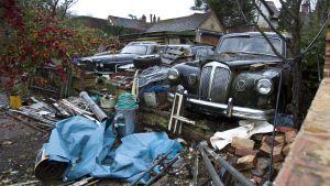 Bilar och skrot på egnahemshusgård