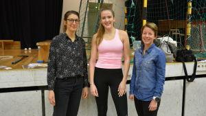 daniela sandell och gun hoikkala från folkhälsan står tillsammans med gymnasieleven jenny norkonvuo i st olofsskolans gymnastiksal