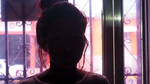 16-åriga Alicias ex-pojkvän smög in i hennes hus när hon var ensam och våldtog henne.