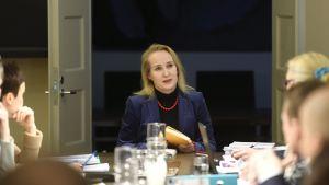 Riksförlikningsman Minna Helle förhandlar med finansbranschen.