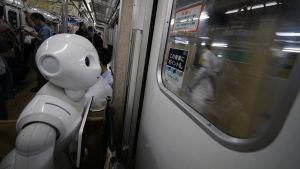 Tomomi Ota's humanoid robot Pepper i Tokyos tunnelbana den 27.06.2016.