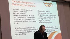 Stadsdirektör Tomas Häyry presenterar vasas budget för år 2017.