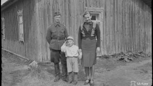 Soldat och hans familj. Barn gör honnör