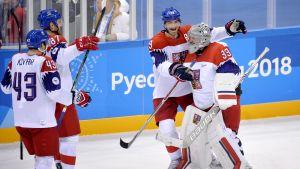 Tjeckiska hockeyspelare gratulerar varandra efter OS-vinst.