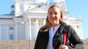 Silja Lindblad med Helsingfors domkyrka i bakgrunden.