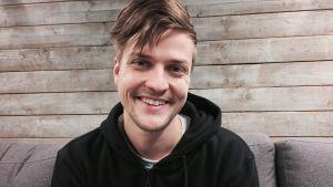Mieslaulaja, Mikael Saari