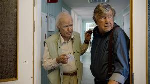 Allan (Robert Gustafsson) och hans kompis Julius (Iwar Wiklander) spanar i en korridor.