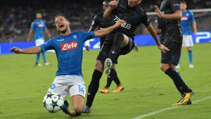 Dries Mertens faller tungt i en Champions League-kvalmatch 2017.