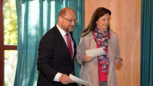 Socialdemokraterna partiledare Martin Schulz röstar tillsammans med sin fru Inga.