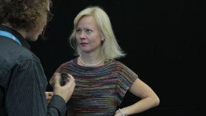 Tove Jansson -tutkija Sirke Happonen keskustelee toimittaja Jani Tanskasen kanssa Helsingin Kirjamessuilla vuonna 2015.