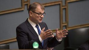 Juha Sipilä i ministerpodiet i riksdagen.