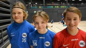 tre handbollspojkar