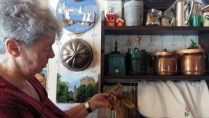 Eivor Pastuhov visar gamla träföremål som hört till släkten.