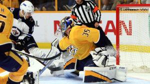 Pekka Rinne släpper in ett skott mot Winnipeg