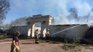 Godby hotell brann ner på söndagen. Brandpersonal kämpar med branden.