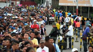 Venezuelaner flyr också västerut till grannlandet Colombia. Den här bilden är tagen på gränsbron mellan länderna den 10 februari.