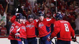 Washingtonspelarna firar lagets första mål.