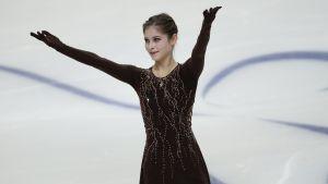 Julia Lipnitskaja sträcker händerna i luften