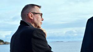 Taneli Vuorinen från Cinia Group ser ut över havet i väntan på att sjökablen ska anlända.