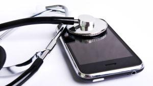 Ett stetoskop på en mobiltelefon.