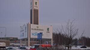 Flera företag verkar på industriområdet vid Alholmen
