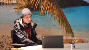 Kalevi Rinne sitter framför en dator.
