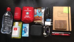 Detta är innehållet i en så kallad preppers handväska. Alltid beredd på större och mindre katastrofer.