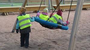 Barn leker i gunga invid Merituulen koulu i Ingå.
