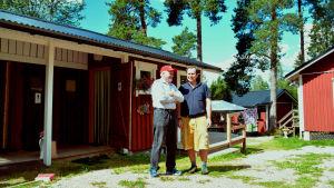 Byahjälpen Ronald Sachs (till.h.) har kommit till Snappertuna för ett år för att bland annat hjälpa till med hostellet.