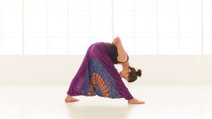 En kvinna i en yogaposition.