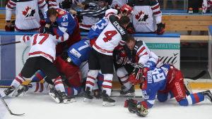 Slagsmål mellan de ryska och kanadensiska landslagen.