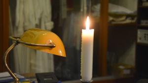 Levande ljus på ett bord.