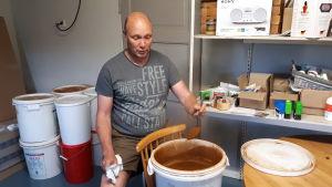 Kai Hjulfors säljer ca 250 kg svampticka-pulver per år.