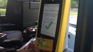 Den nya biljettläsaren i Åbos bussar.
