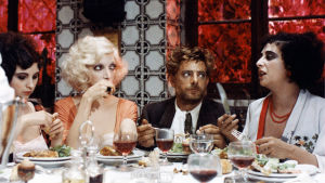 Ateria bordellissa. Kuva Lina Wertmüllerin elokuvasta Rakkautta ja anarkiaa (1973).