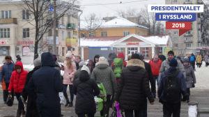 Fotgängare i en rysk stad på vintern.