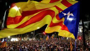 Tusentals katalaner protesterade i Barcelona i tisdags kväll mot gripandet av två ledande självständighetsaktivister.