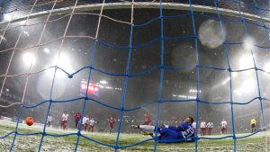 Bollen går i mål i matchen CSKA Moskva-Amkar Perm.