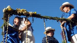 foto nerifrån på talande kvinna på podium. blå himmel