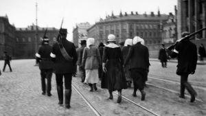 Kvinnliga förs fångar från Hyvinge till Helsingfors 1918. Bilden från Järnvägstorget.