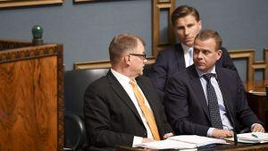 Juha Sipilä, Petteri Orpo och Antti Häkkänen i riksdagen.