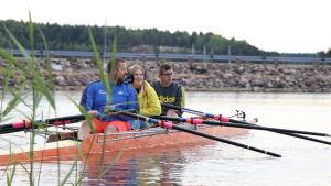 Joacim blomster och Mathias Lehtinen tog ut Yle Åbolands reporter på en roddtur.